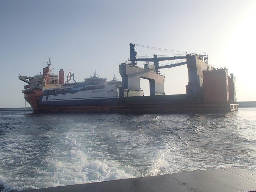 Golf van Guinea - De Sun Rise, met de twee LNG-catamarans en het dok aan boord