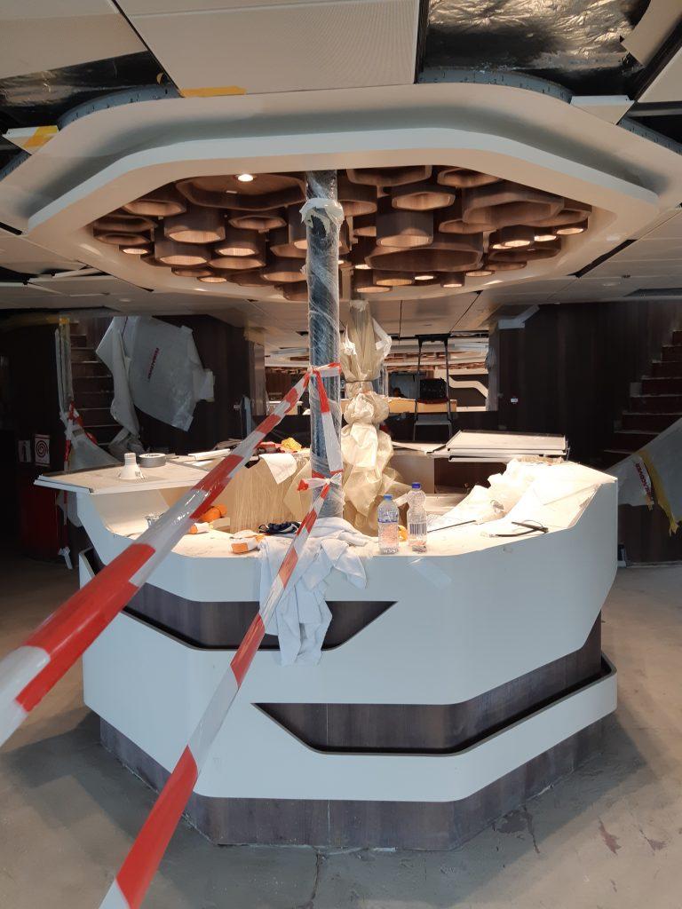 De purserbalie (aan het plafond designlampen)